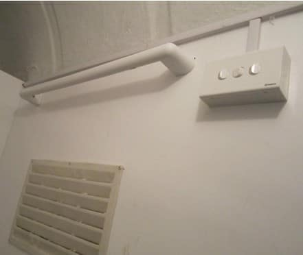 Mắc treo và hộp công tắc điện của nhà vệ sinh lưu động