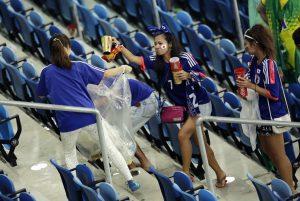 cđv nhật dọn rác sau trận đấu